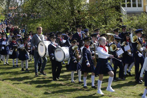 16. mai gikk Tåsen skolekorps først i barnehagetoget. Tåsen skole hadde 100-årsjubileum i 2016 og fikk gå først også på Karl Johan.